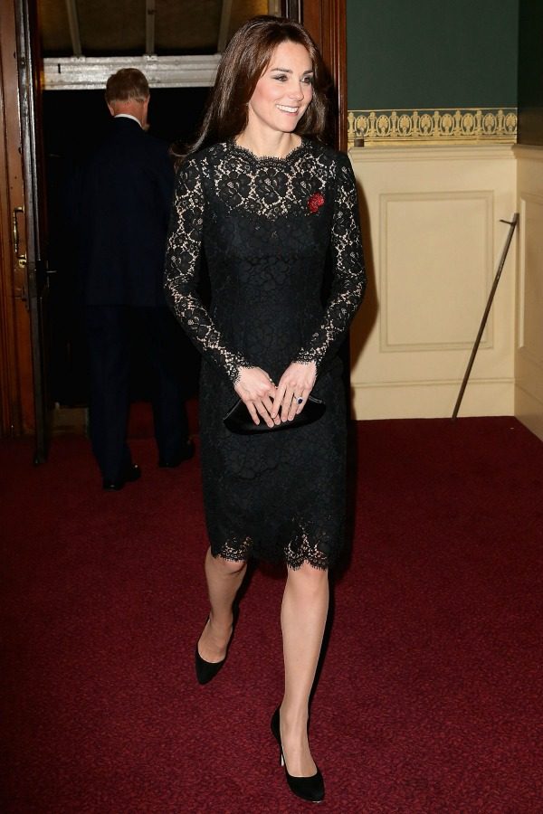 Kate Middleton usando um vestido pretinho básico de renda - 2015