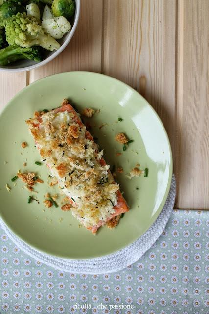 tranci di salmone con formaggio, pane ed erbe aromatiche