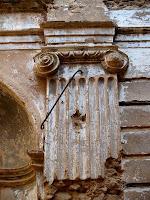 Detall de columna neoclàssica de l'interior de Sant Sadurní