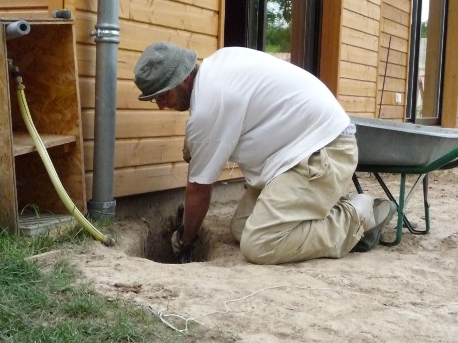 D caisser et creuser construire sa terrasse en bois sur plots en b ton - Creuser des trous pour poteaux de cloture ...