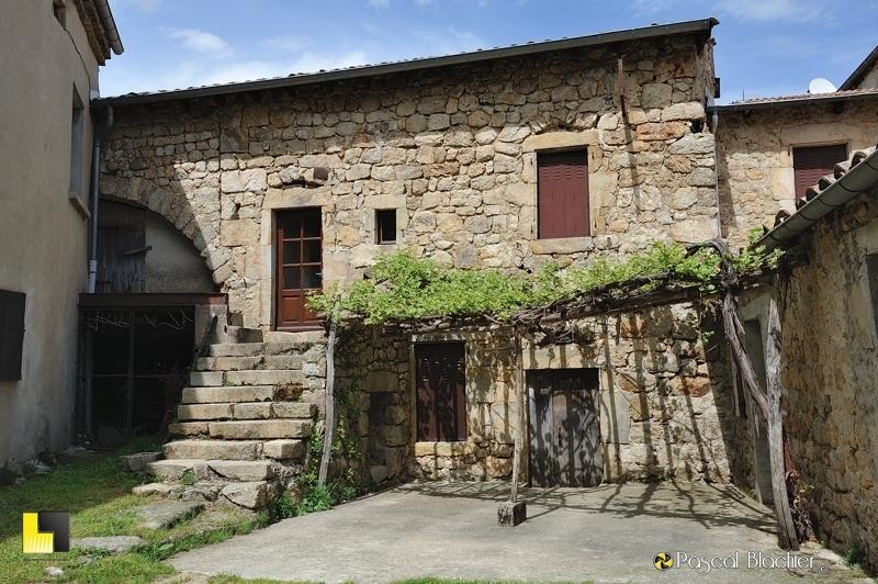 Une maison de pierre à saint michel de chabrillanoux photo pascal blachier