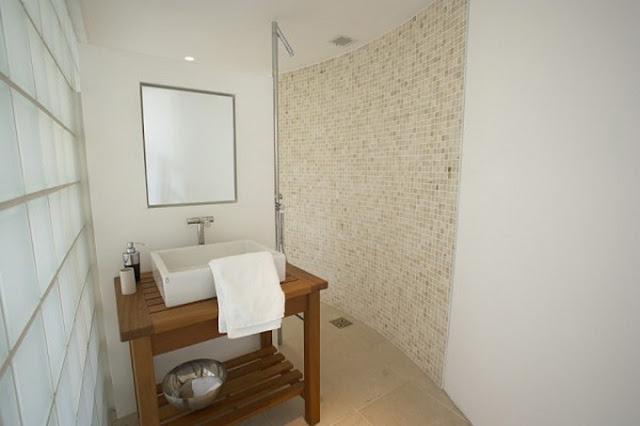Ванная комната в современном доме со старой башней