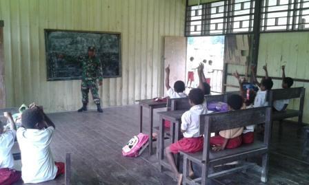 Prajurit TNI Jadi Guru di Wilayah Terpencil Perbatasan RI-PNG