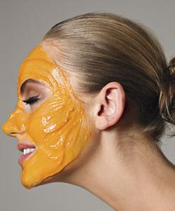 Os cosméticos médicos do problema ficam em frente da pele da menina