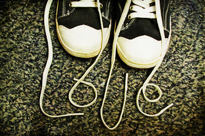 Palabra Love con los cordones de las All Star