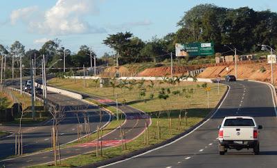 O canteiro central da avenida é alargado em intervalos irregulares, quebrando a monotonia de vias convencionais, com larguras padronizadas em todo o trajeto.