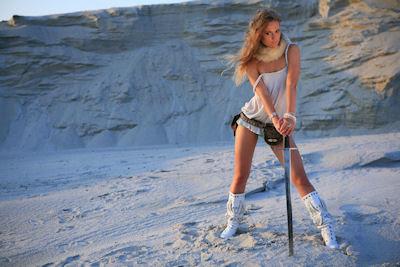 Mujer guerrera muy linda con su espada en la nieve