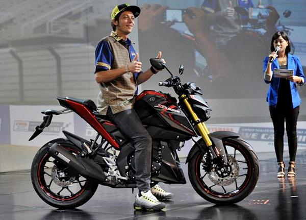 Rossi Berpose Diatas Yamaha Xabre Yang Baru Diluncurkannya di Bali