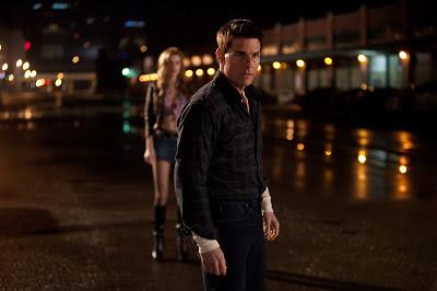 Escena de la película Jack Reacher donde se ve a Tom Cruise y otra actriz detrás.