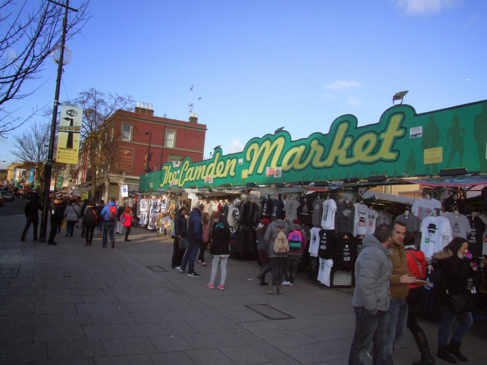 Camden Market - stragan z koszulkami.