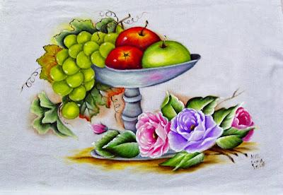 pintura de fruteira com maças, uvas verdes e rosas