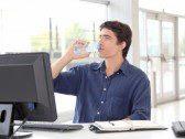 اشرب الماء وانت امام الكمبيوتر او عند استخدامك الجوال