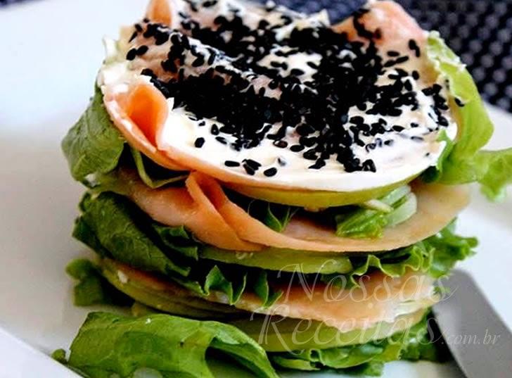 Salada preparada de salmão defumado com cream cheese