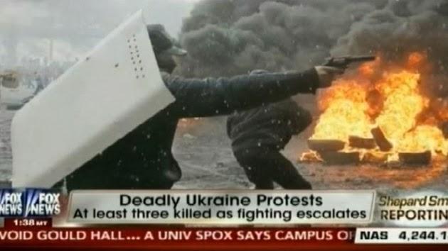 la-proxima-guerra-disturbios-en-kiev-ucrania-encapuchado-disparando-pistola-armas-de-fuego-contra-policia