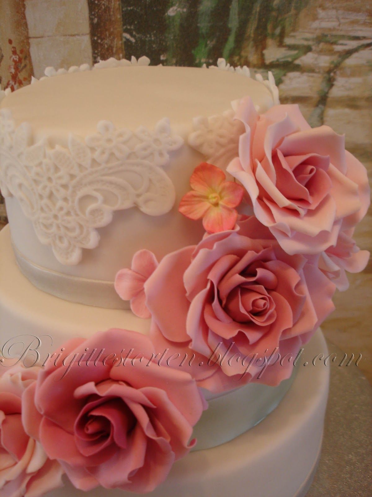 Romantische Hochzeitstorte mit altrosa Rosen, silber Schleife und ...