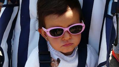 Niña con gafas de sol © No sólo comen y duermen