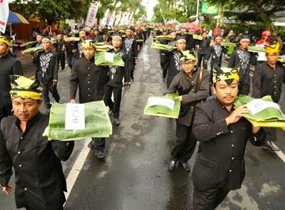 Festival Ngarak Ancak di Banyuwangi wujud kebersamaan dan kegotongroyongan masyarakat Banyuwangi.