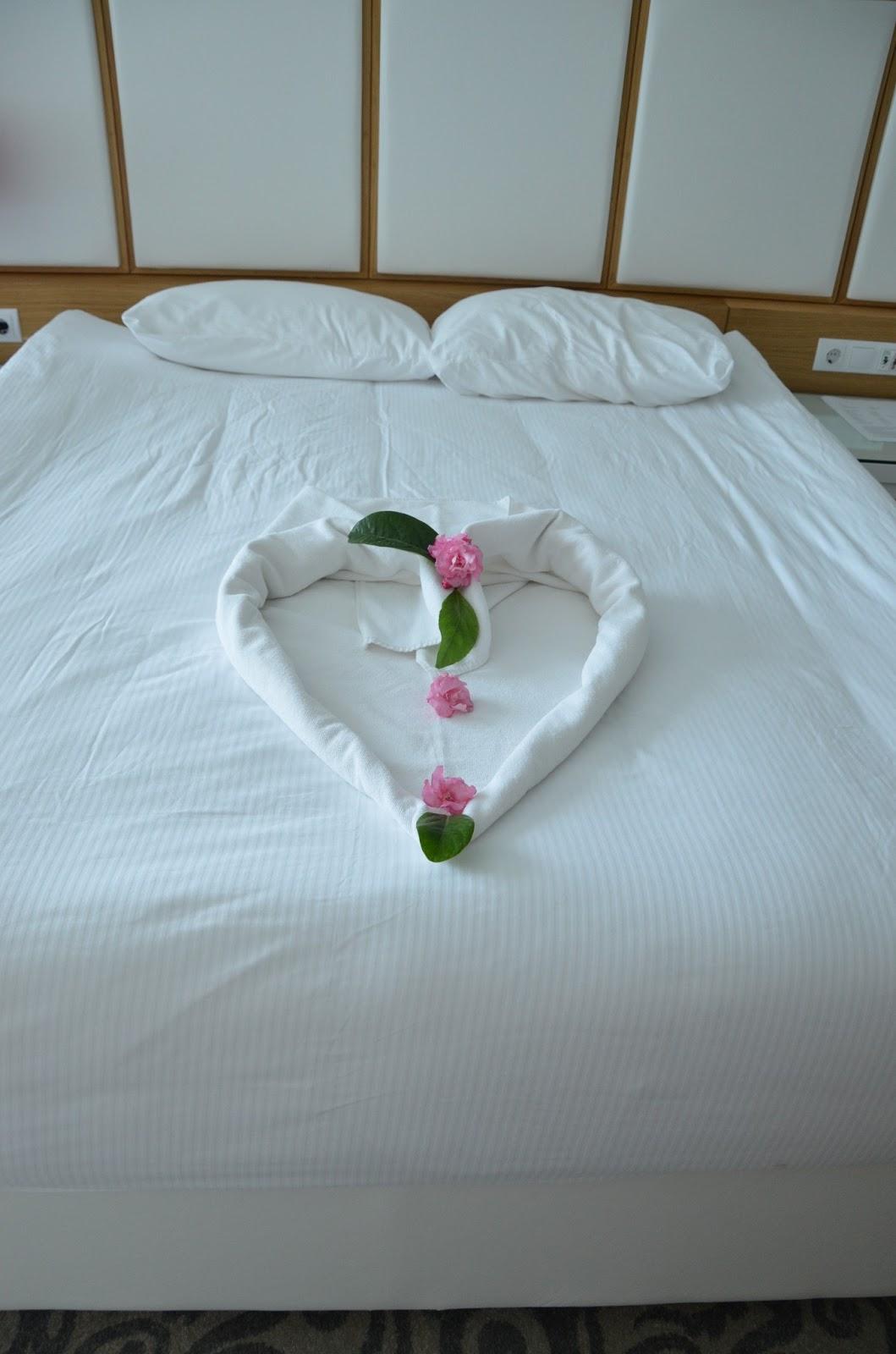 Секс в лепестках роз на кровати 9 фотография