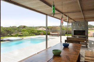 the pool also has a break room whose roof is made ​​of wood so it looks natural and can reduce the heat of the sun