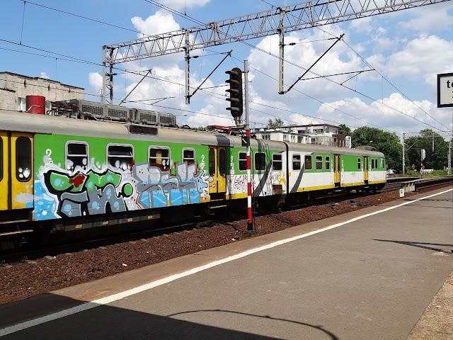 Kolejowe graffiti na EN57AKM-1655
