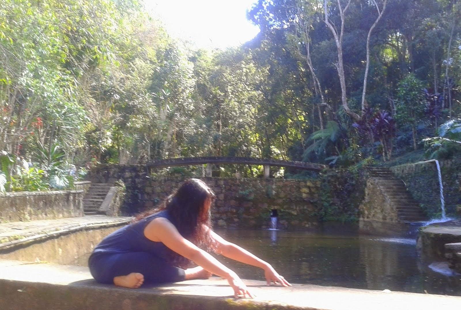 Mariana Soares é uma professora com 18 anos de prática e estudos e filiada à Aliança do Yoga