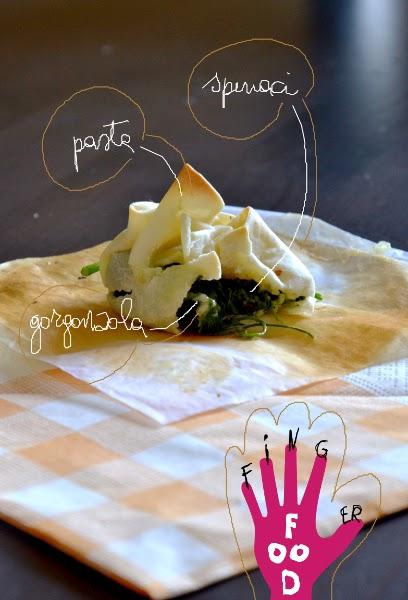fagottini di pasta ripieni di spinaci, gorgonzola e bacche rosa