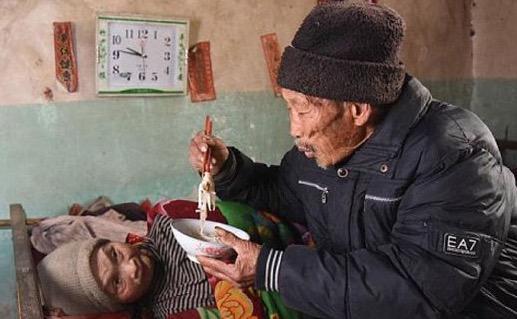 Setianya suami ini sanggup jaga isteri lumpuh selama 56 tahun