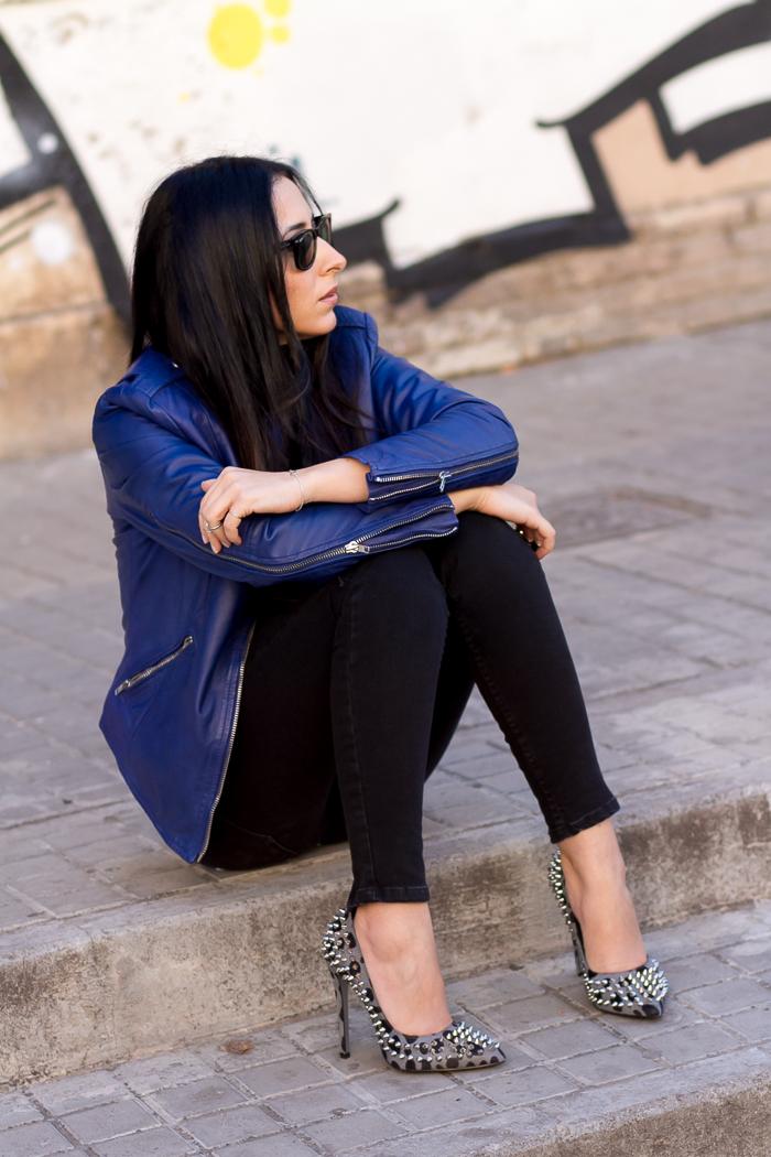 Look con chaqueta de cuero azul de muubaa y zapatos con pinchos de estampado de leopardo de kandee