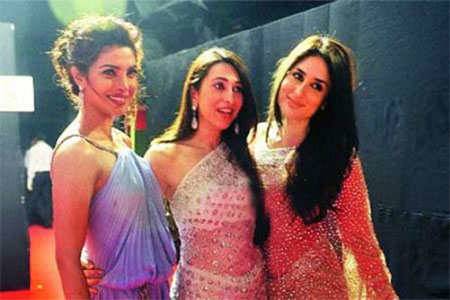 Kareena, Karisma & Priyanka1 - Kareena, Karisma & Priyanka together backstage at Filmfare Awards