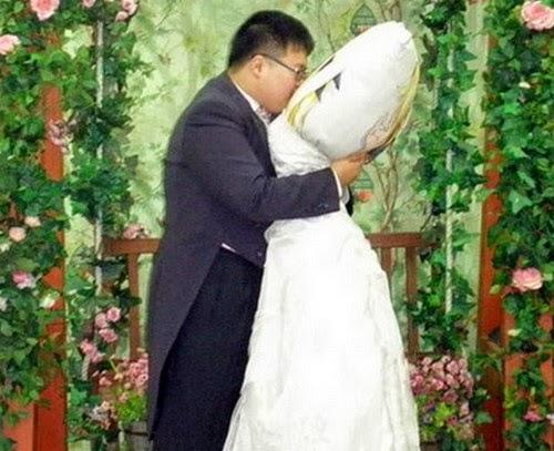 Pelik Lelaki Ini Lepas Gian Kahwin Dengan Bantal