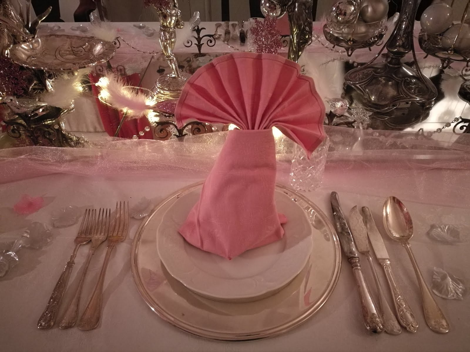 Dukning i rosa och silver