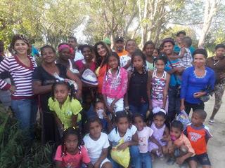 Arelis Encarnación repite entrega alimentos y regalos en Las Matas de Farfan