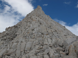 Die Berge hier (hier: Feather Peak) sehen so aus, als seien sie beim letzten Felsen-Mikado übriggeblieben