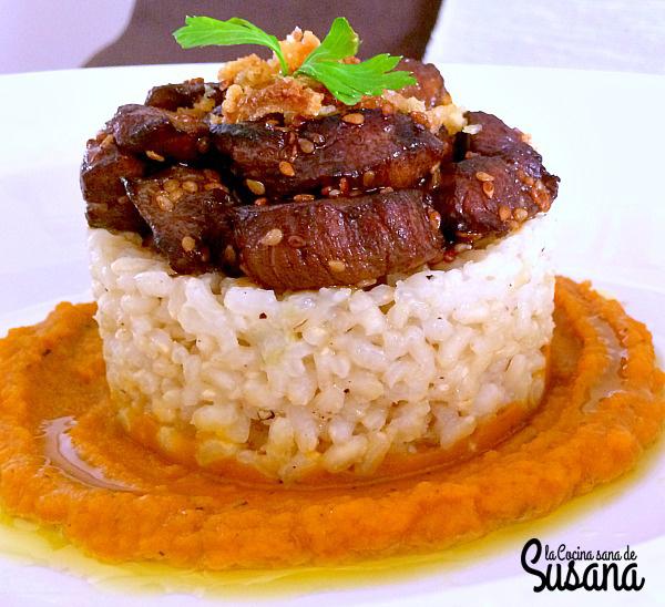 Timbal de arroz integral con solomillo en salsa de soja sobre puré de zanahoria