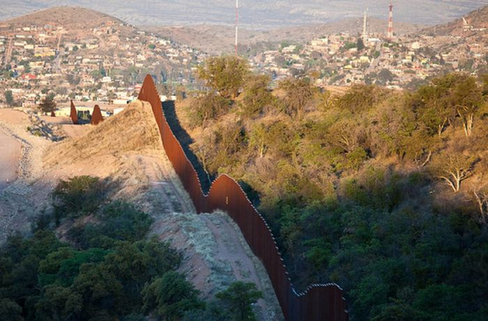 an essay on the united states mexican border The border between the united states and mexico stretches 3,169 kilometers ( 1,969 miles), crossing deserts, rivers, towns, and cities from the.