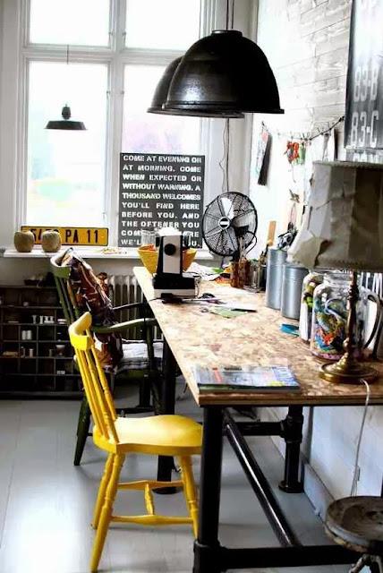 Artystyczne miejce pracy proste biurko na czarnych nogach i żółte krzesło