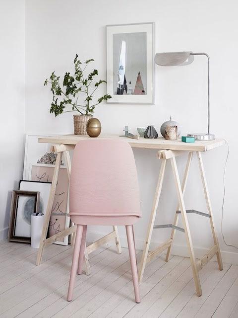 organiser son bureau à la mode feng-shui Marie Kondo, déco rangement ranger organsier bureau workplace work space, bureau en bois chaise scandinave design rose poudré rose buvard