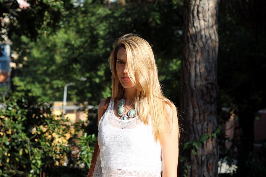 Chica rubia pelo largo top encaje blanco