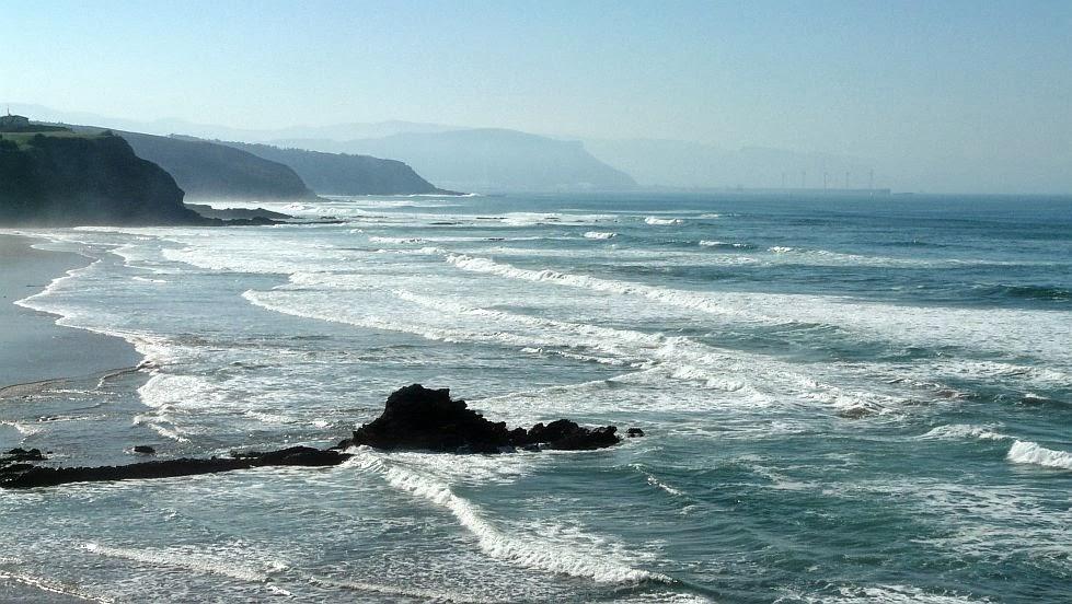 pena txuri roca sobre la playa de sopelana
