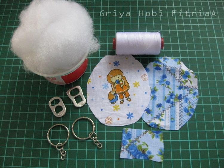 gantungan kunci dari kain bekas dan limbah kaleng bekas