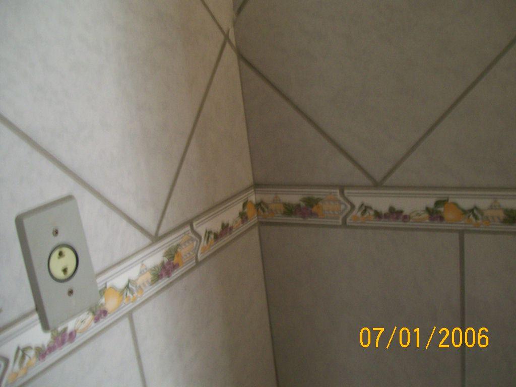 Garcia Acabamentos: parede com faixa decorativa e azulejo (cozinha #B78914 1024x768 Acessorios Banheiro Moema