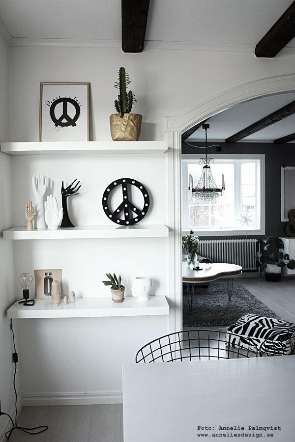 zebrakudde, zebra, vardagsrum, matsal, vardagsrummet, bokstäver, bokstav, kristallkrona, poster, posters, konsttryck, tavla, tavlor, cirkuslampa, cirkuslampor, peace, peacetecken, peacetecknet, svart och vitt, svartvit, svartvita, trådstolar, jotex, ulricehamn stol, vit hylla, hyllor, ikea, inredning, inredningsblogg, bloggar, annelies design, webbutik, webbutiker, webshop, nätbutik, nätbutiker,