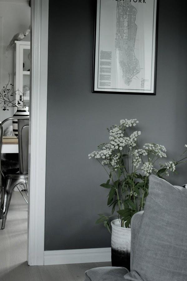 dip & dye på korg, korgar, spraya korg med svart och vit spray, grå soffa, tygsoffa, tygsoffor, kähler vas, gråa väggar i vardagsrummet, hundkex, inspiration, inredning,