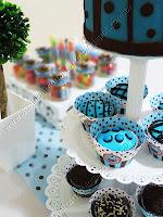 detalhes da mesa e cupcakes