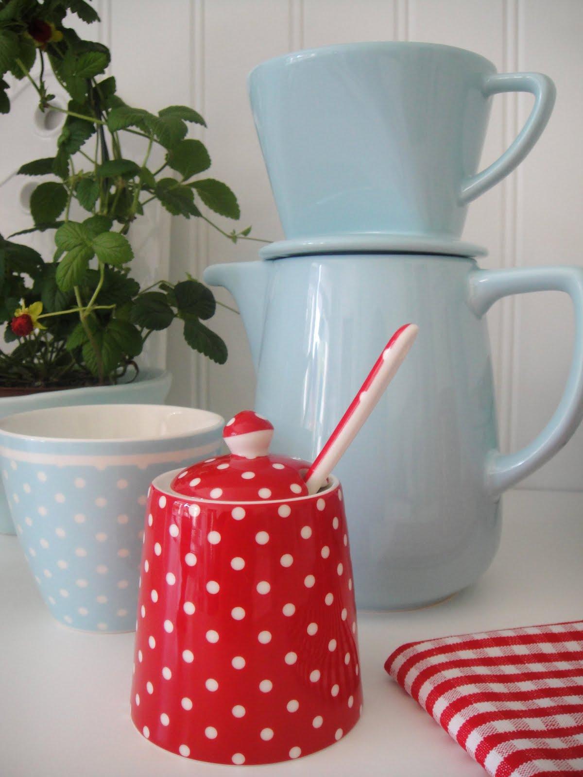 Härligt hemma: blått och rött i köket.