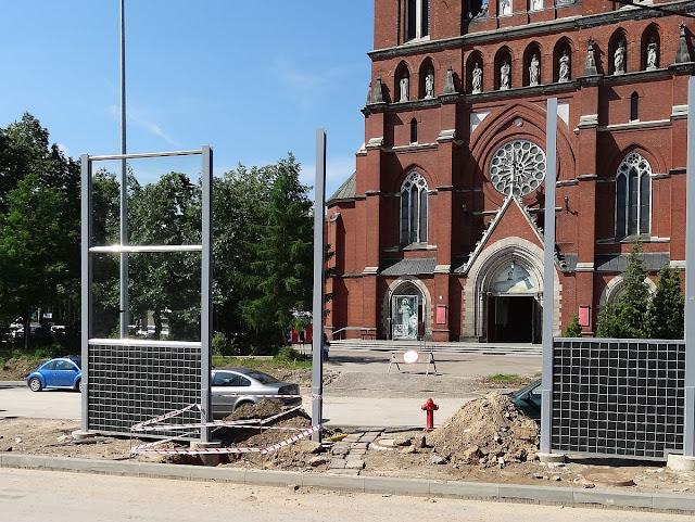 Ekrany akustyczne zasłaniające kościół Świętego Krzyża