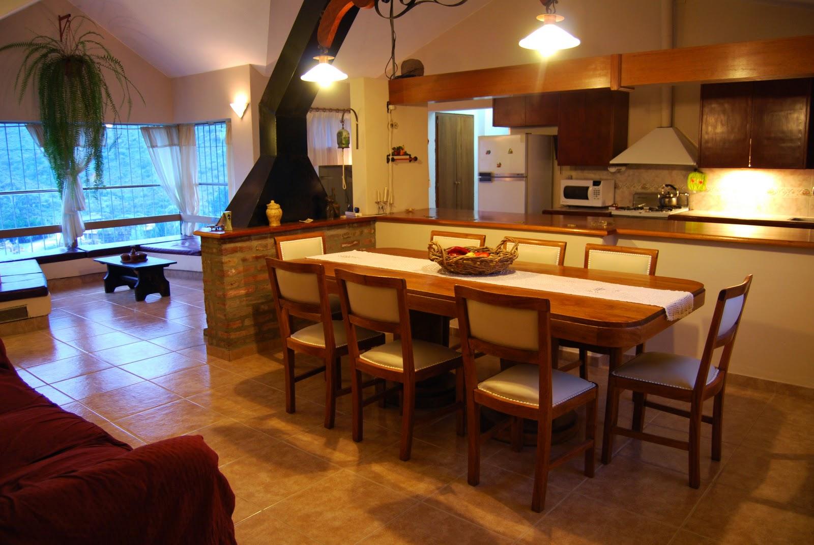 Cuesta blanca living cocina comedor con hogar for Adornos para comedor casa