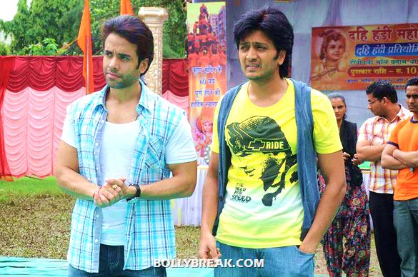 Tusshar Kapoor, Riteish Deshmukh - (10) - Riteish & Tusshar on the sets of 'Pavitra Rishta'