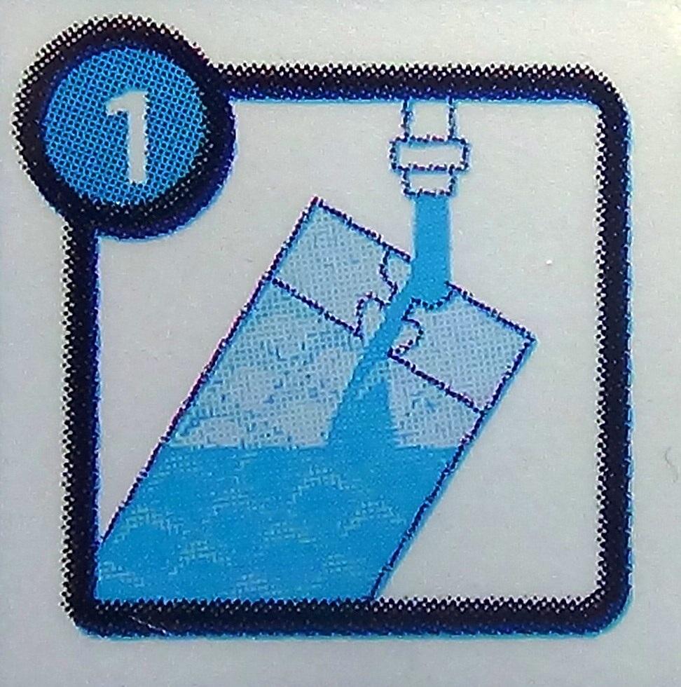 заливаем воду в пакет для приготовления кубиков льда
