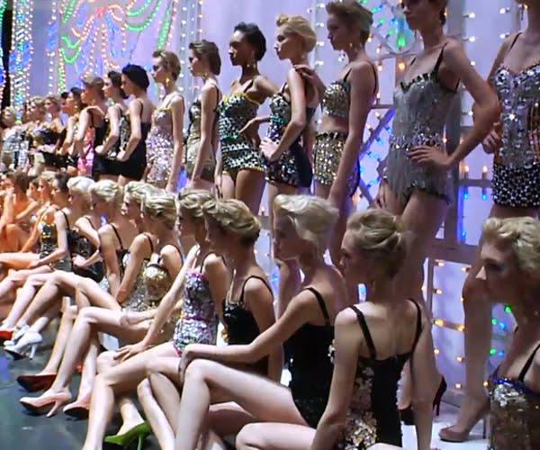 Szupermodellek Dolce & Gabbana fürdőruha kreációkban